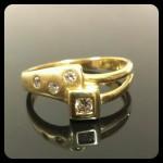 Sárga arany gyűrű. BRILLIÁNS kövekkel: 1db D-2.5mm, 2db D-1.9mm, 1db D-1.5mm ( W si-p1) Méret:52-53 Szélesség:8mm 56.000 ft
