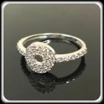 Fehér arany gyűrű,cirkónia kövekkel. Méret:55 Szélesség:8.5mm 25.000 ft